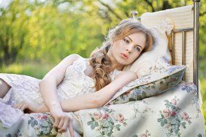 מה השינה עושה לעור שלך - ומה עלול דווקא לפגוע בו?